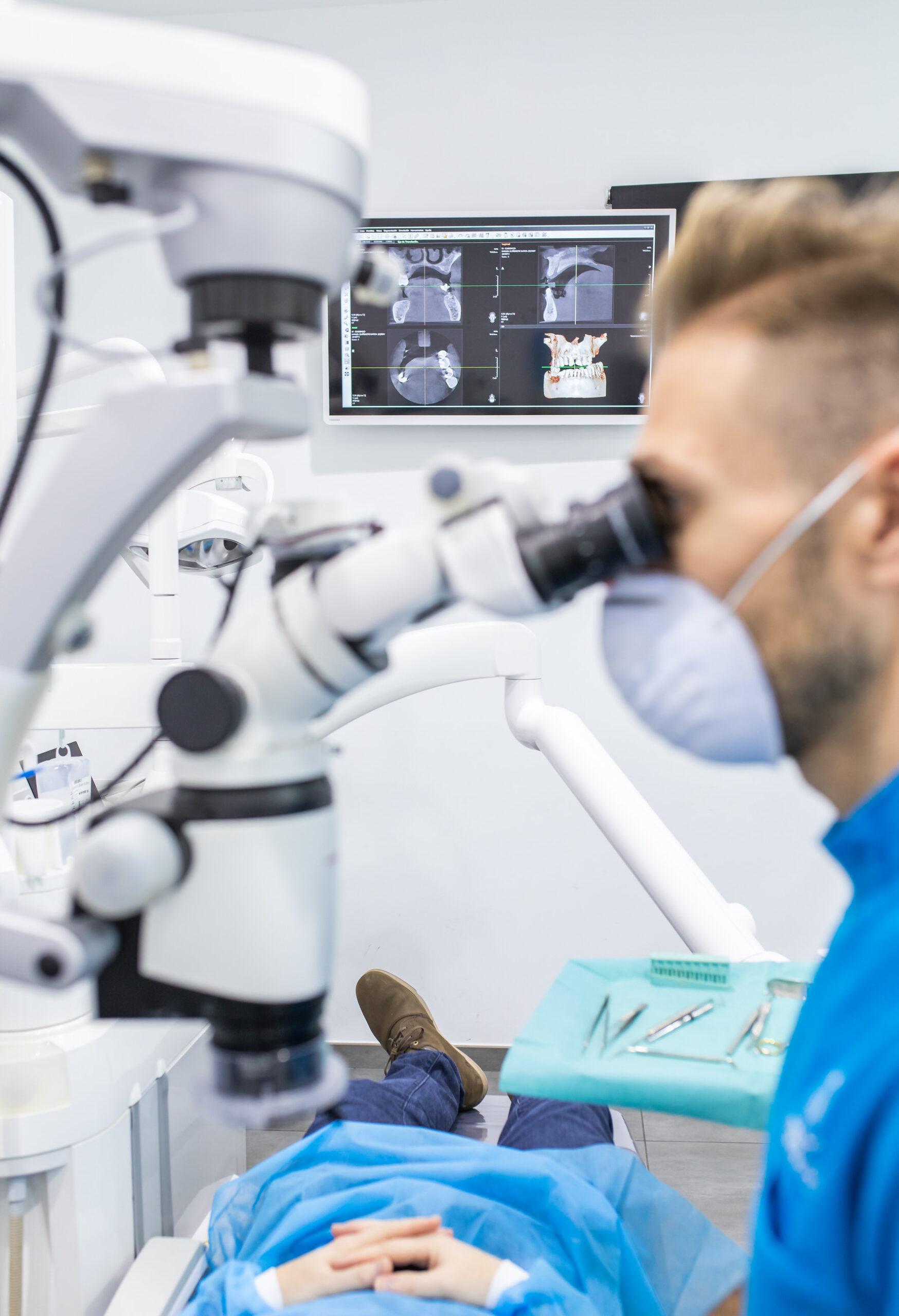 tratamientos dentales en Godella - microscopio